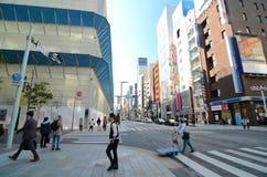 东京,日本- 2013年11月26日:购物在银座地区的人们 免版税图库摄影