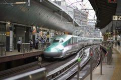 东京,日本- 2016年10月3日:E5系列在东京站的Shinkansen 免版税库存图片