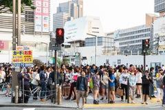 东京,日本- 2014年5月25日 许多人民横渡街道和红绿灯 免版税库存照片