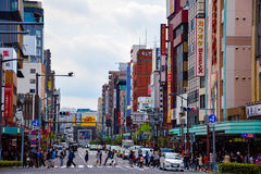 东京,日本4月23日2016年:人们在浅草穿过路 库存照片