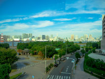 东京,日本2017年6月28日- :大厦美丽的景色在与蓝天的一个美好的晴天在Odaiba,东京 免版税库存图片