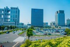 东京,日本2017年6月28日- :未来派富士电视台大厦在与蓝天的一个美好的晴天在Odaiba,东京 库存图片