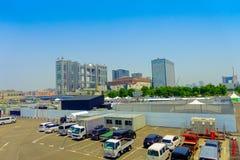 东京,日本2017年6月28日- :未来派富士电视台大厦在与蓝天的一个美好的晴天,与有些汽车 库存图片