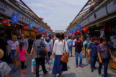 东京,日本2017年6月28日- :看和拍照片的人人群佛教寺庙的Sensoji商店  库存图片