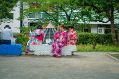 东京,日本2017年6月28日- :穿和服礼服和采取selfies的未认出的小组妇女对theirself,坐 库存照片