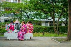 东京,日本2017年6月28日- :穿和服礼服和采取selfies的未认出的小组妇女对theirself,坐 图库摄影