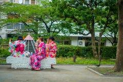 东京,日本2017年6月28日- :穿和服礼服和采取selfies的未认出的小组妇女对theirself,坐 免版税图库摄影