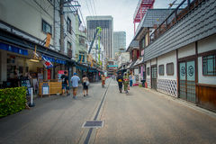 东京,日本2017年6月28日- :走在一条扔石头的道路的未认出的人民近佛教寺庙Sensoji在东京 库存图片