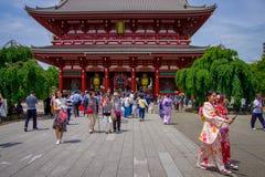 东京,日本2017年6月28日- :走在佛教寺庙Sensoji的人人群在东京,日本 Sensoji寺庙 图库摄影