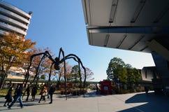 东京,日本- 11月23 :人们在六本木新城参观蜘蛛雕塑 免版税库存图片