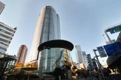 东京,日本- 11月23 :人们在六本木新城参观Mori塔 免版税库存照片