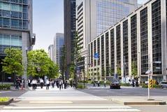 东京,日本- 5月19 :在午休期间的办公室人在2016年5月19日的商业区壶瓶山新宿在东京,日本 库存照片