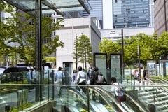 东京,日本- 5月19 :在午休期间的商人在2016年5月19日的商业区壶瓶山新宿在东京,日本 图库摄影
