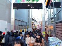 东京,日本- 11月24 :在竹下街道原宿的人群在没有 免版税库存照片