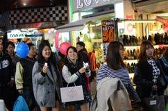 东京,日本- 11月24 :在竹下街道原宿的人群 库存照片