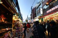 东京,日本- 11月24 :在竹下街道原宿的人群 库存图片