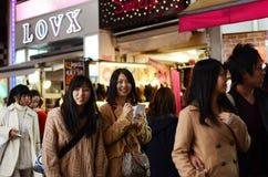东京,日本- 11月24 :在竹下街道原宿, Toky的人群 免版税库存照片