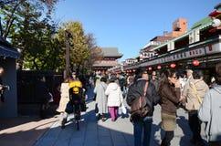 东京,日本- 11月21 :游人参观Nakamise购物街道 库存图片