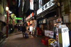 东京,日本- 11月23 :狭窄的步行街道,区域充满微小的便宜的餐馆 库存图片