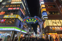 东京,日本- 1月25,2016 :Kabukicho入口门在Shinju 库存图片