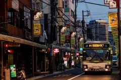 东京,日本- 04/10/2017 :游遍Nakano的公共汽车  库存图片