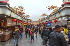 东京,日本- 2016年Senso籍寺庙11月19日购物的街道在浅草区,在寺庙的一个主要旅游胜地  免版税库存照片