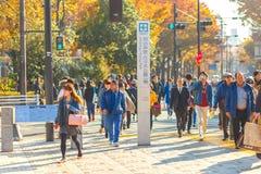东京,来到Meijijingu/代代木公园在原宿区的日本- 11月20日, 2016秋天季节,交通和人们, majo 免版税图库摄影