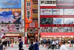 东京, JAPAN-CIRKA MAY-2016 :秋叶原区在东京,日本 区是电子的,计算机一个主要商店地区,  库存图片