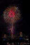 东京, Odaiba海湾在彩虹桥梁的烟花节日 免版税库存图片