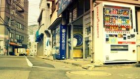 东京-与硬币洗衣店和自动售货机的小车道 图库摄影