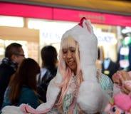 东京-大约11月24日:Cosplay outf的未认出的日本女孩 免版税库存照片