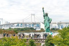 东京-2016年11月16日:游人人群和本机享受t 库存照片