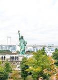 东京-2016年11月16日:游人人群和本机享受t 免版税库存图片