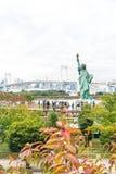 东京-2016年11月16日:游人人群和本机享受t 免版税库存照片