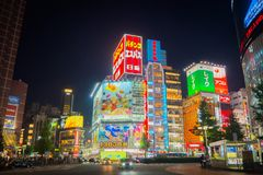 东京10月25日2017年日本:氖&在石牌的晚上唱光 免版税库存图片