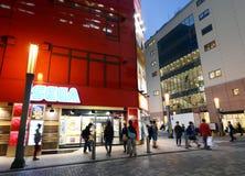 东京- 11月21 :人参观秋叶原11月的商店地区 免版税库存图片