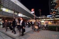 东京- 11月21 :人参观秋叶原11月的商店地区 图库摄影