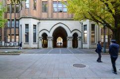 东京- 11月22 :在被成拱形的门附近的Undentified学生  免版税库存照片