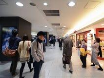 东京- 11月23 :新宿火车站的人们 库存照片