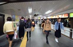 东京- 11月24 :旅行在原宿驻地的人们 免版税库存图片