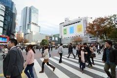 东京- 11月28 :横渡涩谷的中心人人群  库存照片
