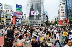 东京- 8月03 :涩谷在2013年8月03日-横渡涩谷的中心人人群  库存照片