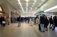 东京- 11月23 :走在新宿火车站的人们 免版税库存图片