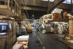 东京- 5月11 :顾客参观Tsukiji鱼市 库存图片