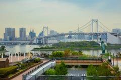 东京 Odaiba逃出克隆岛  彩虹桥 自由女神象 免版税图库摄影