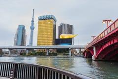 东京skytree和旭区耸立与Sumida河和桥梁 免版税库存图片