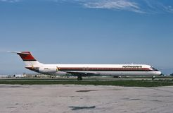 东北国际航空公司乘出租车为起飞的麦克当诺道格拉斯公司MD-82 库存照片