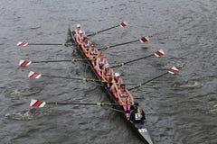 东北大学在查尔斯赛船会妇女的冠军Eights头赛跑  库存图片
