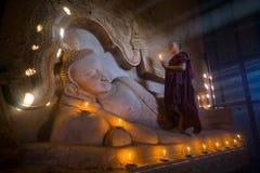 东南亚初学者是在Buddihist寺庙 库存图片