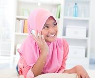 东南亚少年联系在电话 免版税库存照片